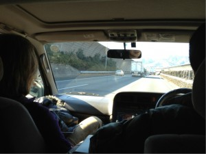 運転は森泰仁氏。車で行く大阪はなかなか遠い。