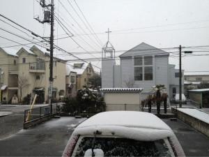 お隣の教会も雪。