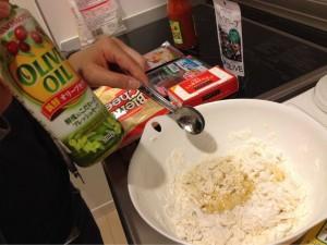 薄力粉と強力粉半々に水、オリーブオイルです!そのあとドライイーストを・・・。