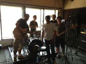 同級生でやってるバンドなんですって。そういうのいいですね!