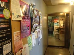 マッドスタジオ入口。老舗感満載、いい意味で。