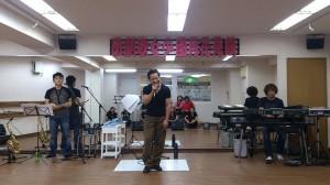 歌ってるのはこの歌劇団主催者、ミスターD!