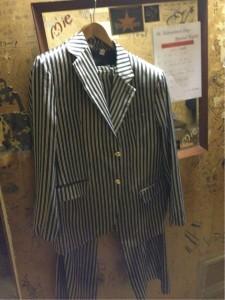 こんなスーツどこで売ってるんでしょうか??世界は広いですね!!